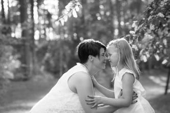 Äiti ja tytär suloisesti nenät vastakkain.