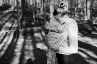 Kantoliinakuvaus, äiti ja tytär metsämiljöössä.