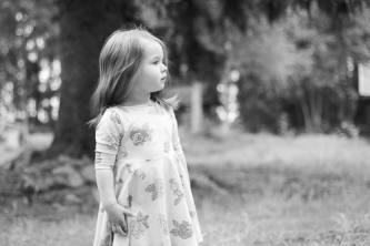 Pieni tyttö katselee kaukaisuuteen.