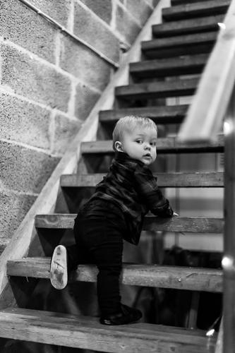Yksivuotias poika kiipeää rappusia.