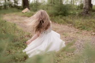 Pieni tyttö tanssii.