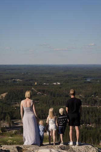 Perhe seisoo Vuokatinvaaran päällä.