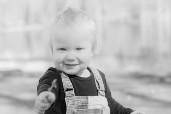 Pieni poika ojentaa kukkaa valokuvaajalle.